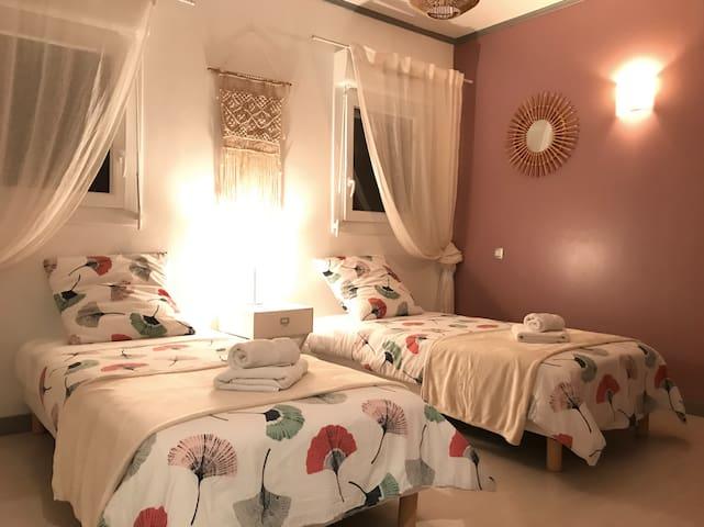1ère Chambre en rez-de-chaussée avec deux lits enfants 90x190cm.
