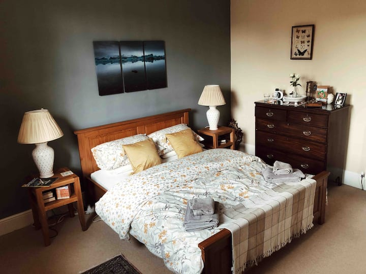 Lovely King size bed in central Inverness location