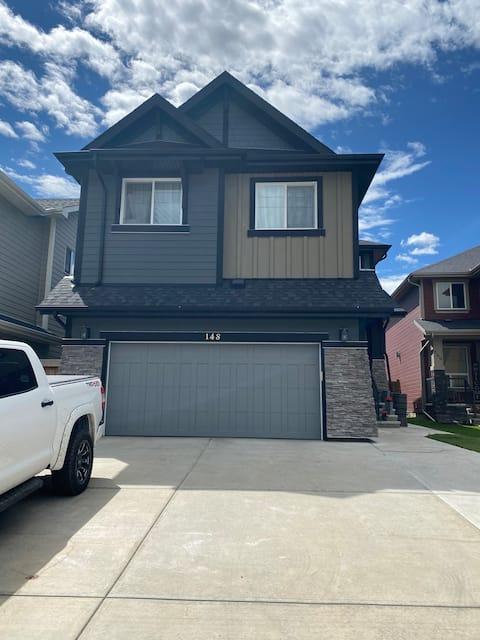 Valley Ridge Estate Home - Private Basement Suite