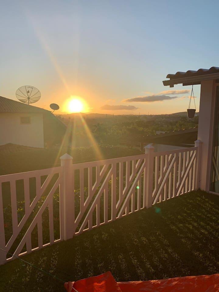 Vista do por do sol no pergolado da casa