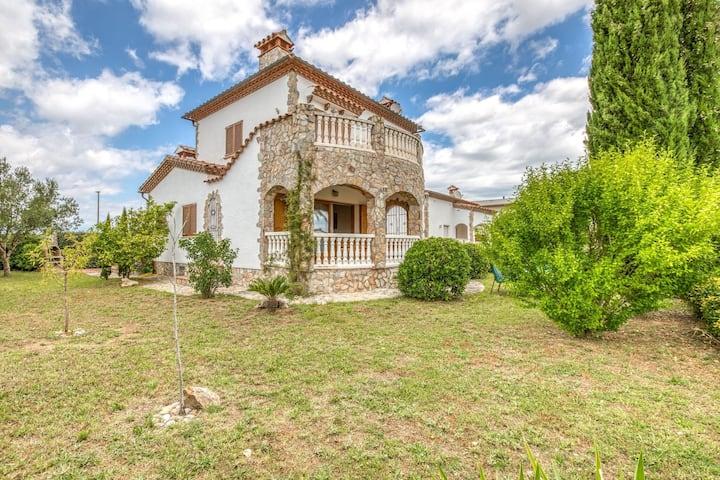 Maison de ville confortable à Vilamacolum avec jardin et piscine partagés