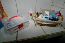 Amenidades de banho e caixa de primeiros socorros