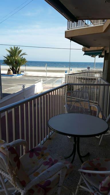 Hermosas vistas. Amplia terraza. Orientación ideal. Mañanas con luz y tardes con sombra. Cenar es un placer con la brisa marina.