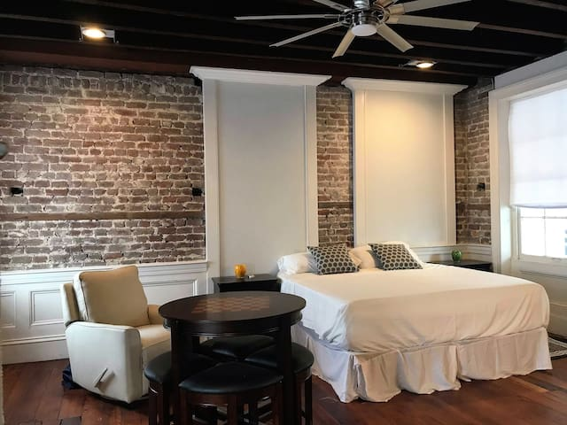 Historical Studio. Downtown Charleston! Don't Miss