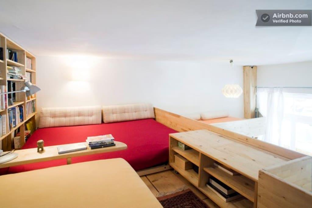 Großes Doppelbett 1,80  x  2m  und Videothek