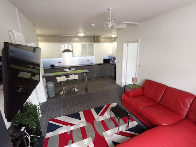 Stylish 2 bed ensuite bungalow 20 min walk to city
