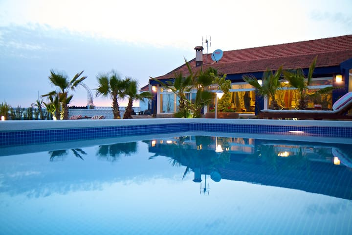Villa by the sea. Direct access to the beach.