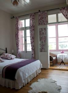 Historical Guesthouse - Purple Room - Ayvalık - Bed & Breakfast