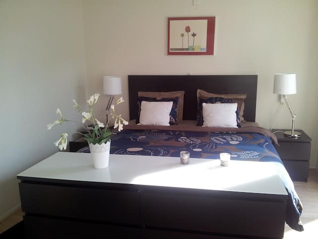 Masterbedroom with a quality box-spring bed / Masterbedroom met een goede boxspring