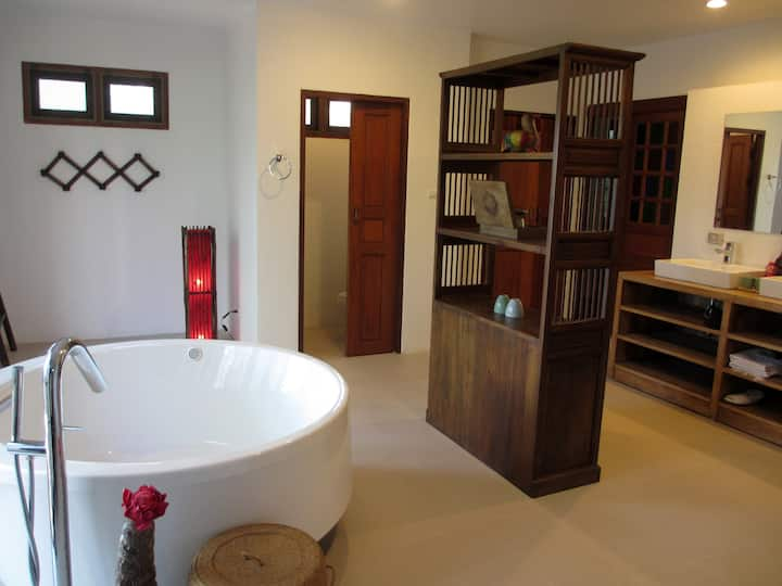 Gorgeous Hideout for Couples w/Jacuzzi bathtub