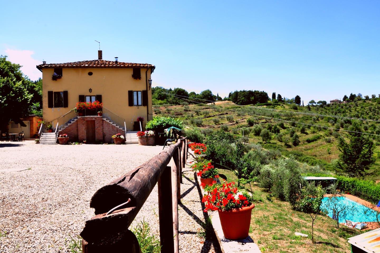 Panoramica della proprietà. Piazzale, Villa e Piscina