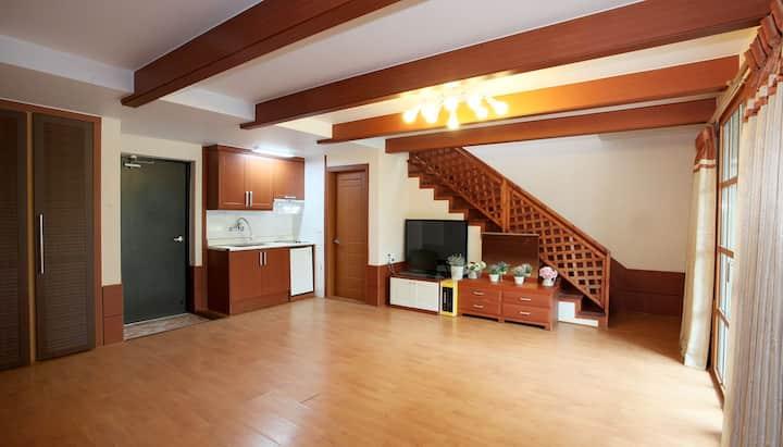 넓은 거실과 원목이 주는 부드러움이 있는 101호-온돌복층대형
