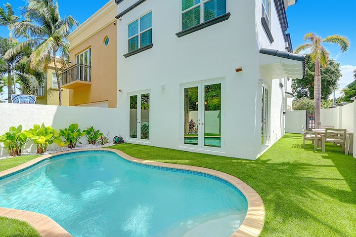 Luxury Townhome - Sanitized thoroughly - Check out our reviews! Private entrance & Pool. 3 Master Bedrooms w/ King Beds, cable & smart TVs. Great deals for longer stays!
