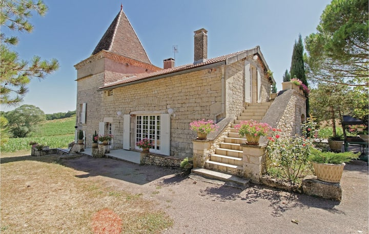 Nice home in Villeneuve-sur-Vère with WiFi and 2 Bedrooms