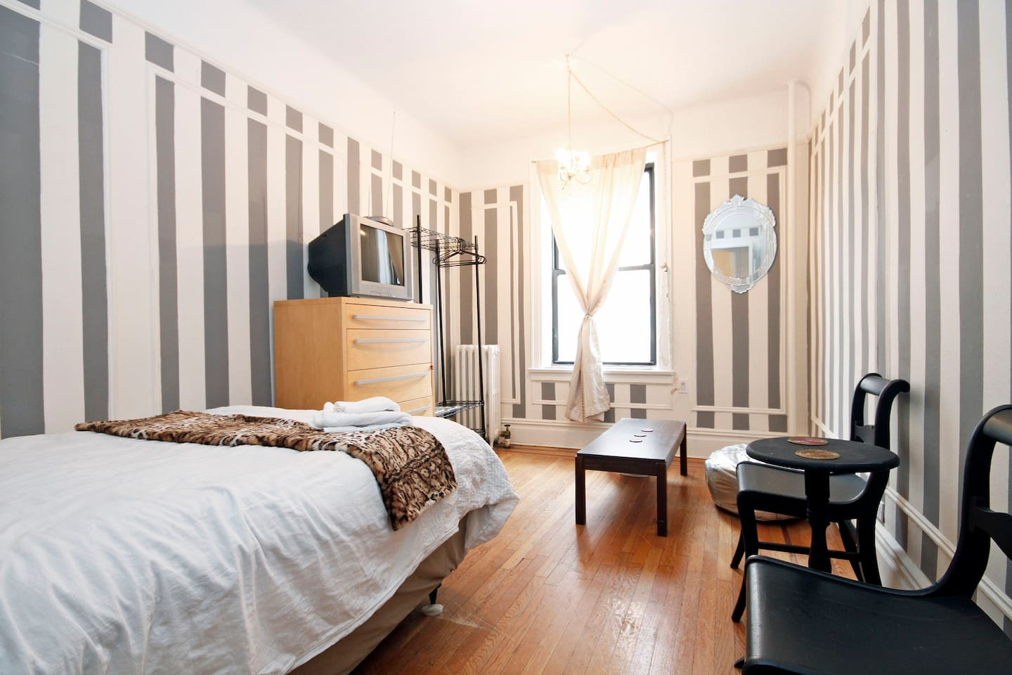 Stylish room in Broadway Astoria! 15 min to Midtown. You have new sofa bed from west elm now.