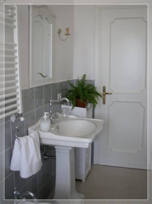 Tortora bathroom .Bagno con doccia grande, sanitari grandi e phon