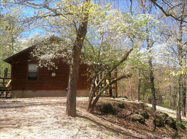 3 Miles to Kings River! Country Cowboy Cabin, GIANT SPA TUB, Fireplace, Wooded, Hiking, Tranquil