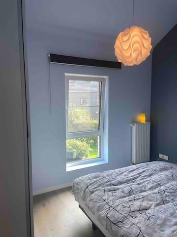 Kamer met dubbel bed en ruime kledingkast.