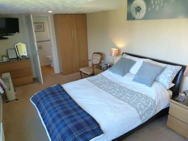 Double bedroom with en-suite (1st floor)