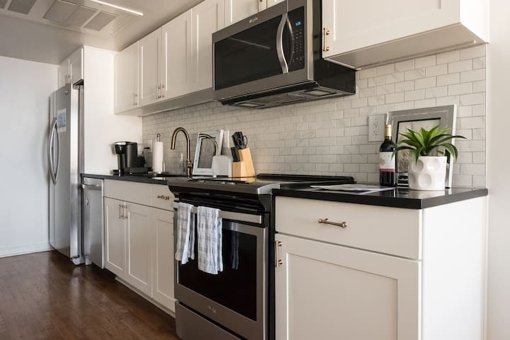 Kitchen w/ a Keurig coffee maker