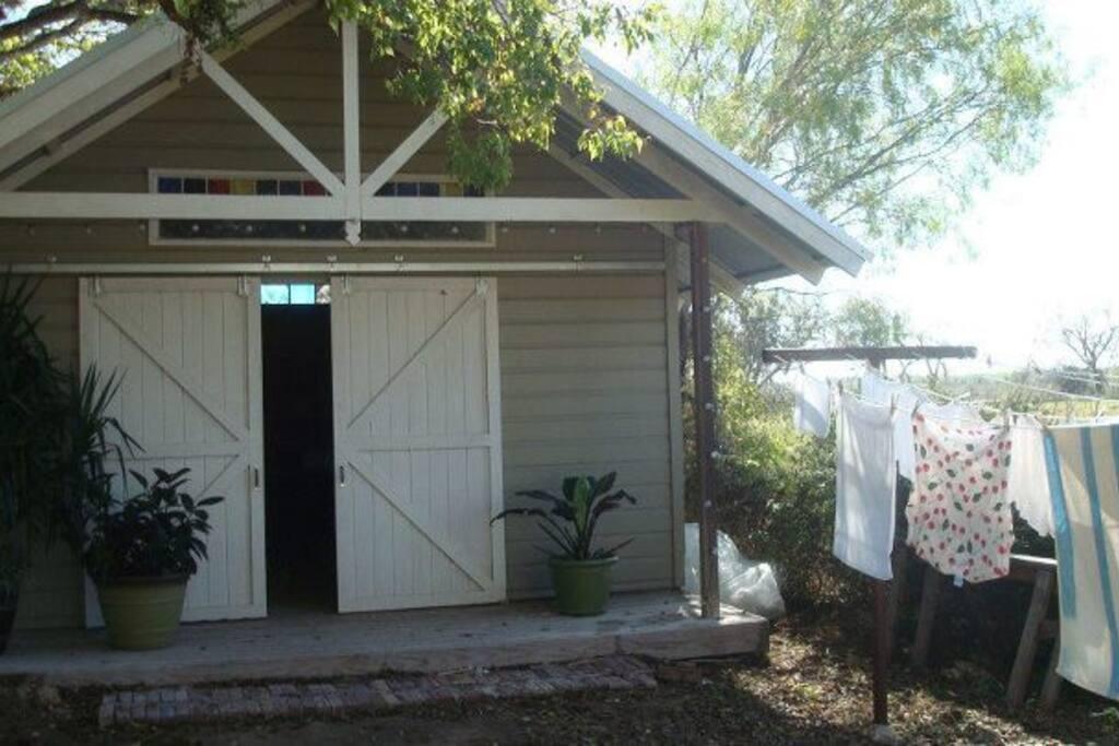Gracegardens rustic studio capanne in affitto a for Affitti animali domestici cabina texas