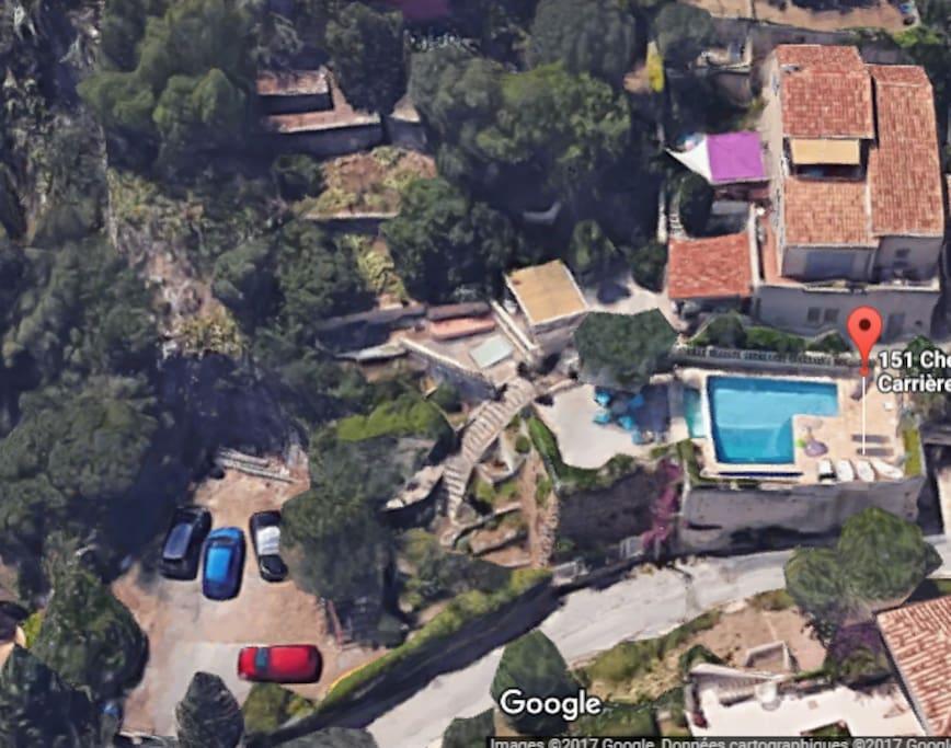 vue par satellite de la maison avec la piscine et le parking