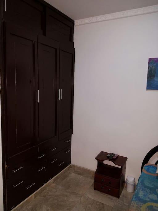 Habitación #3 Con amplio colset para uso de nuestros huéspedes.