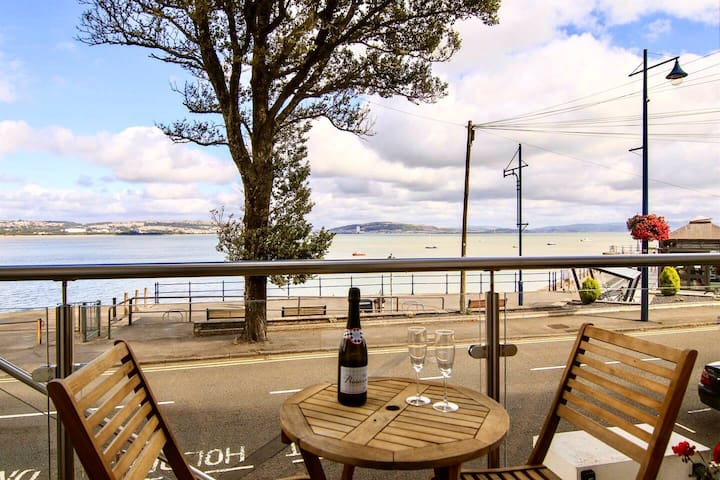 Luxury waterfront apartment in Mumbles