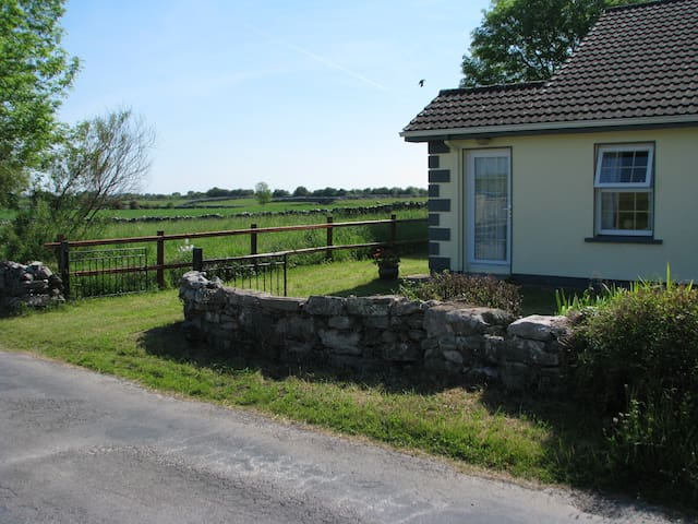 Irish Cottage in Mayo farmland - Woodpark - Hus