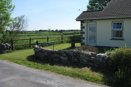 Irish Cottage in Mayo farmland - Woodpark - Casa