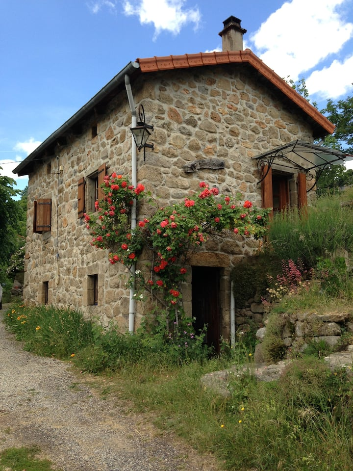 Pretty little independant stone house with garden