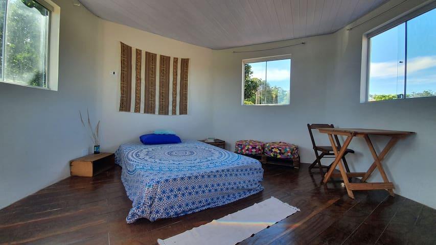 O acomodação é um mezanino superior com uma escada íngrime. Bem arejada e iluminada por quatro janelas, todas com vista para as montanhas.