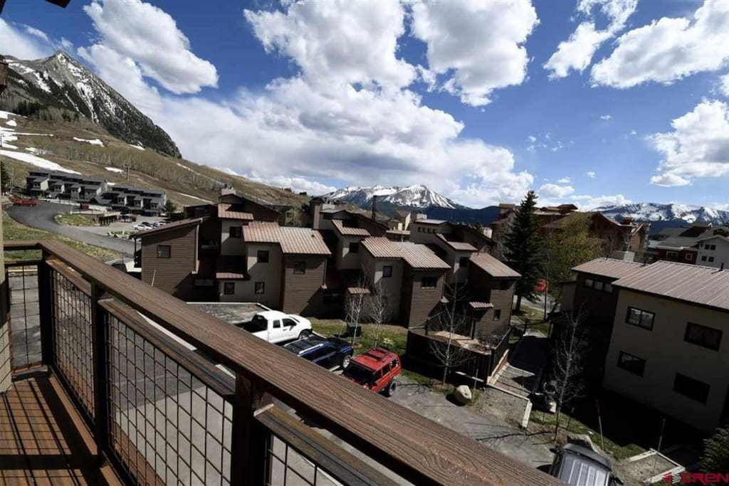 Great view of the slopes from both front balconies