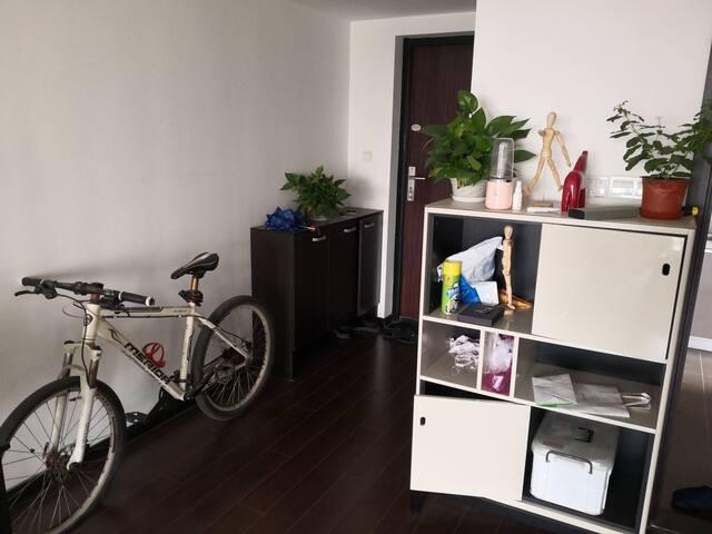 有一辆自行车,平时你也可以自己用,不过胎坏了没有补,边柜地下也有急救箱,有些常规药品,创可贴啥的,使用前请仔细阅读说明书和查看保质期