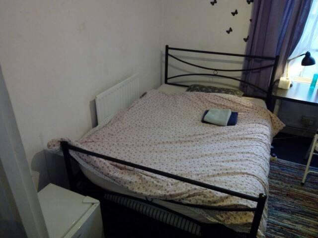 Cozy en-suite room near to Heathrow airport!