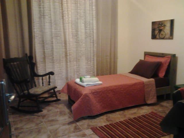 Beautifully furnished room -Ramalla - Down town - Ramallah - Bed & Breakfast