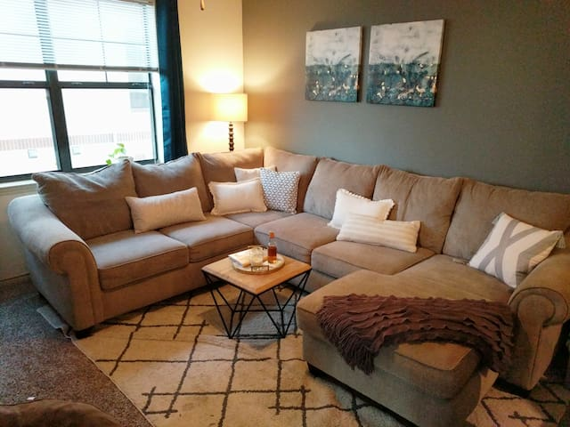 Cozy & Quiet- 15min to Downtown+Golf Course Views