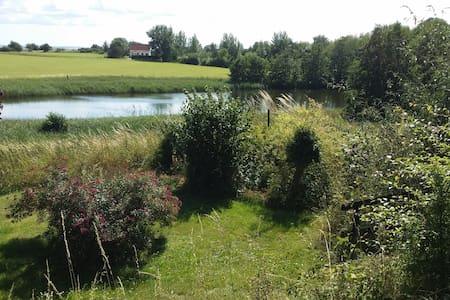 Sommerhus ud til sø og marker i Veddinge Bakker - Fårevejle - Blockhütte