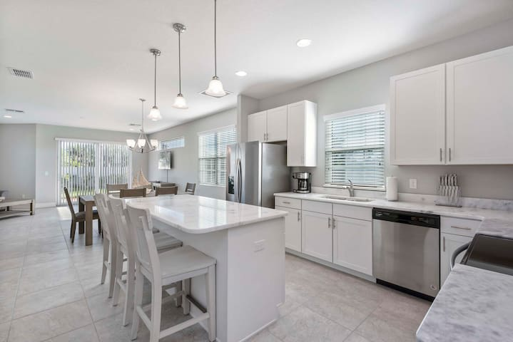 NEW! Luxe townhome walk to Beach! Fortebello 146