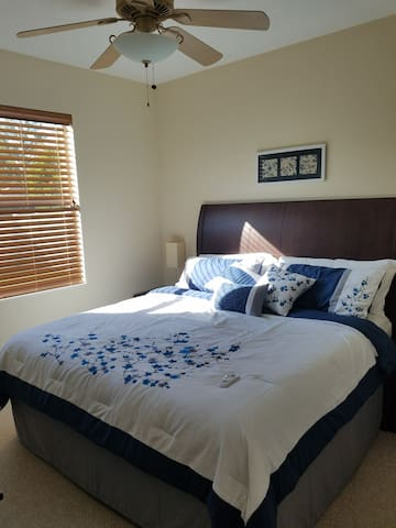 Comfy room and living space in shared pool home - Bradenton - Ev