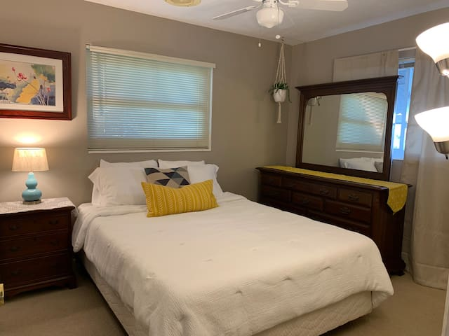 Clean & Comfortable Private Room Shared Bath
