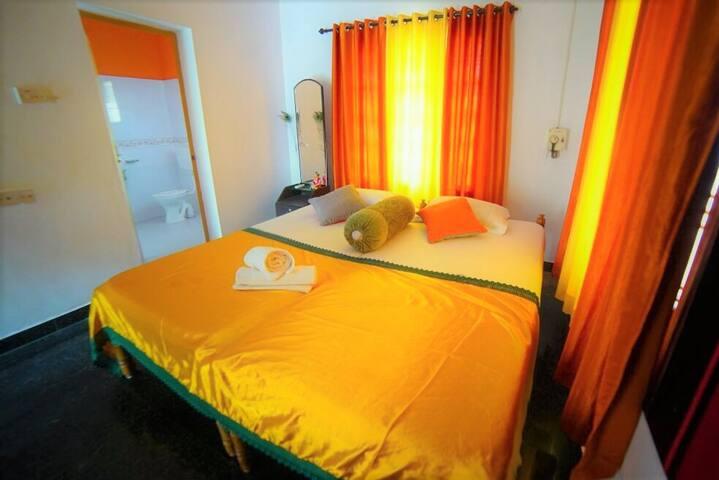 Indian Artvilla - Double room with ceiling fan