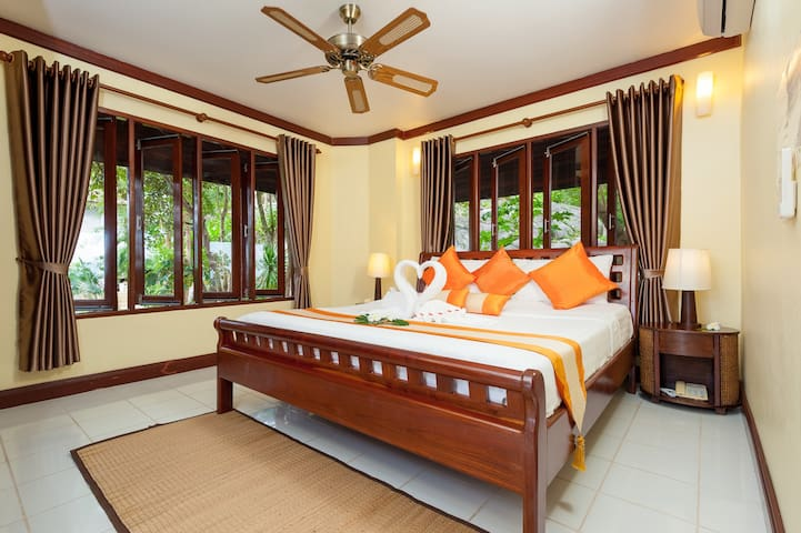 Deluxe Hilltop View (King Bed 3)