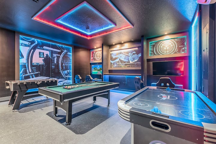 HUGE VILLA w/ Private Pool,  GAME ROOM, sleeps 24!