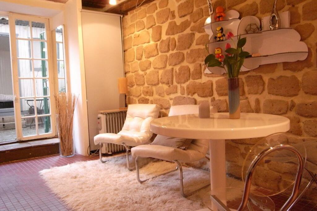 The living room, and the access to the private terrasse and bedroom