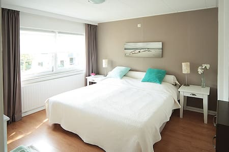 Lichte, ruime voor-kamer in rustige omgeving