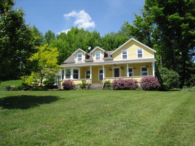 Spacious Farmhouse, Great Views All Year - Roscoe - Casa