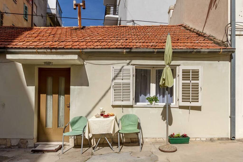 Roje studio with yard/patio (2+1) ***