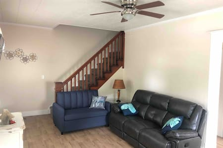 2BR newly renovated apt, one mile from I-70.