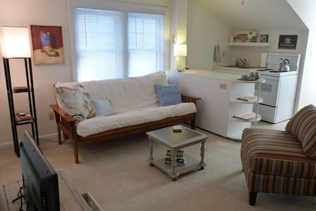 Bright & Cozy Upstairs Apartment/Near Downtown